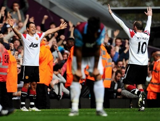 Chicharito celebrate his goal with Rooney